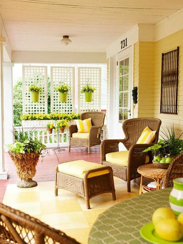 sonnige terrasse gelbe farbe rattanmöbel terrassenteppich