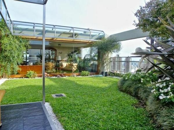 stadtwohnung dachterrasse gestalten dachbegrünung rasen balkonpflanzen