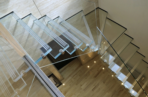 stilvolle treppen glas korridor design ideen