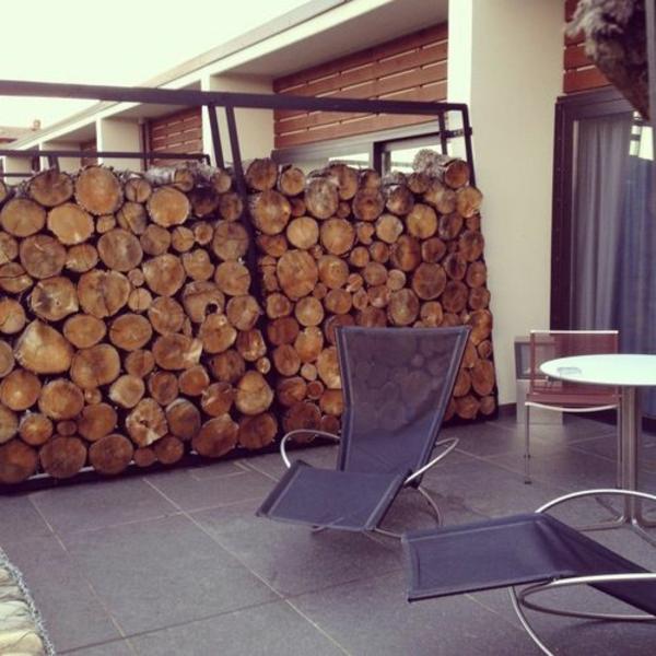 terrassengestaltung balkon seitensichtschutz baumstamm