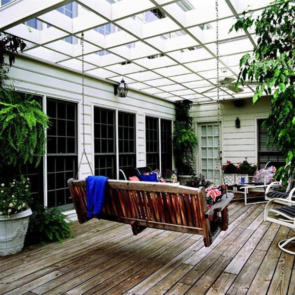 terrassengestaltung ideen pergola weiß schaukel holz