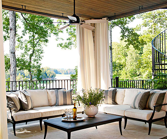 terrassengestaltung ideen veranda gartenmöbel entspannungsecke vorhänge baldachin