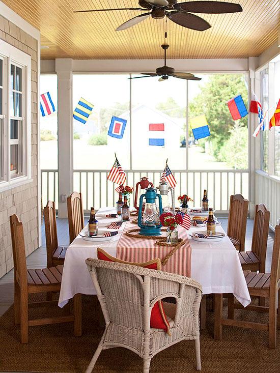 terrassengestaltung ideen veranda rattan gartenmöbel holzstühle esstisch tischdeko