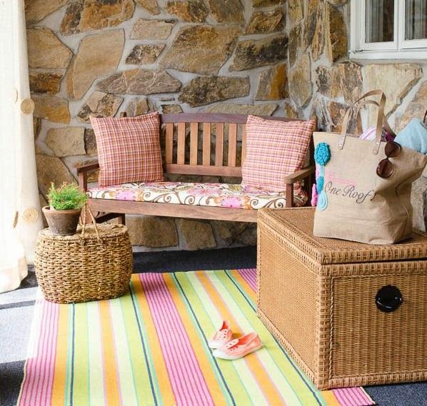 Teppich für balkon  Ein farbiger Terrassenteppich wird Ihren Balkon schön erfrischen