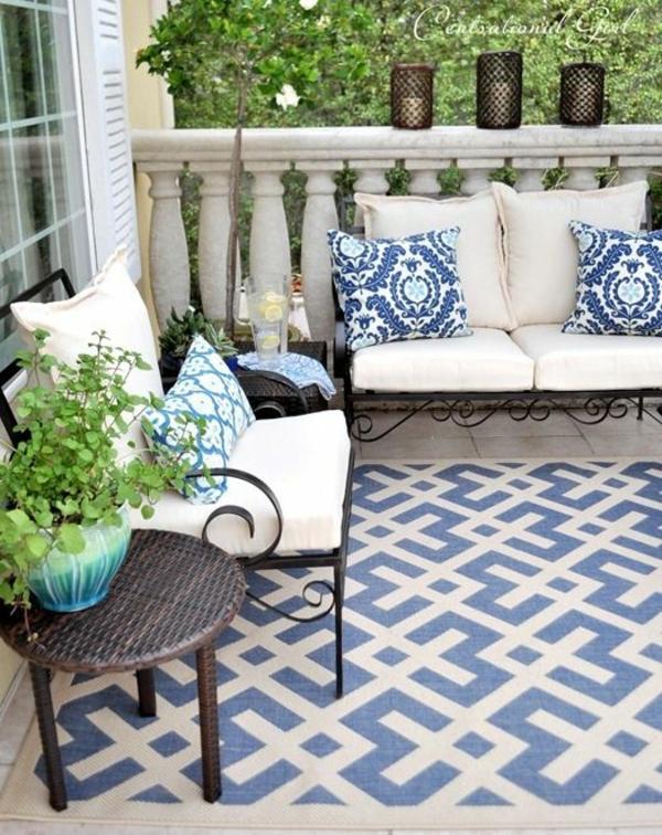 terrassengestaltung terrassenteppich sofa blaue akzente