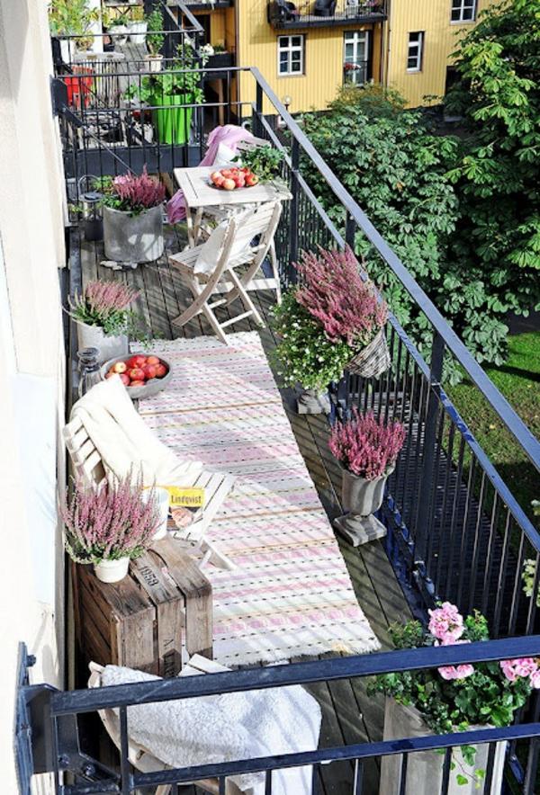 balkonteppich dekoideen balkon pflanzen klappstühle
