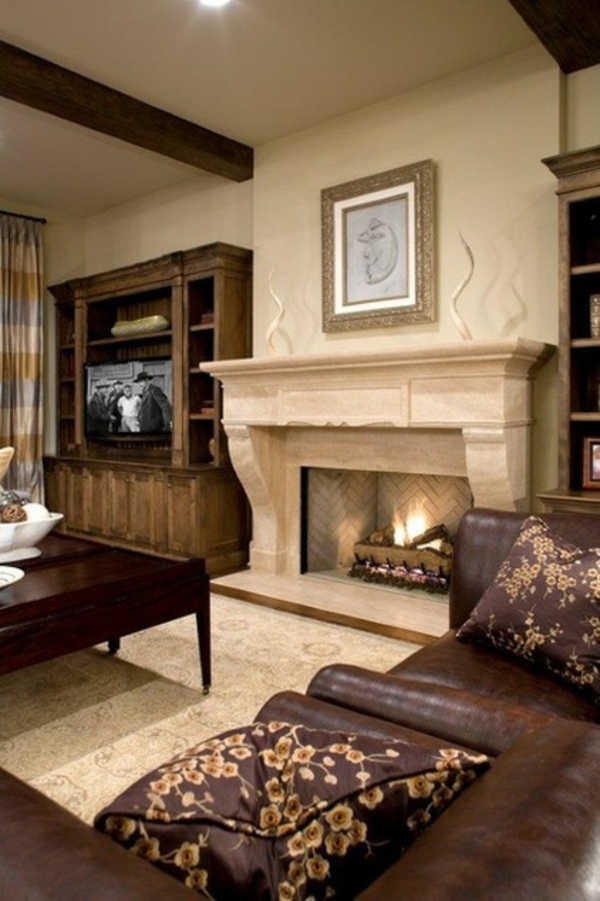 traditionelles wohnzimmer feuerstelle holzmöbel ledersofa dekokissen