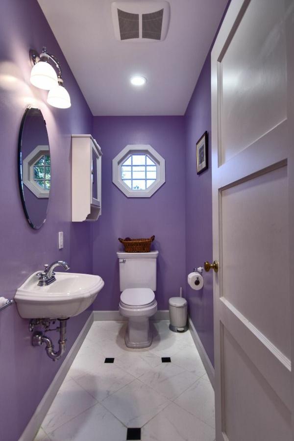 weiß und lila badezimmer ideen spüle spiegel
