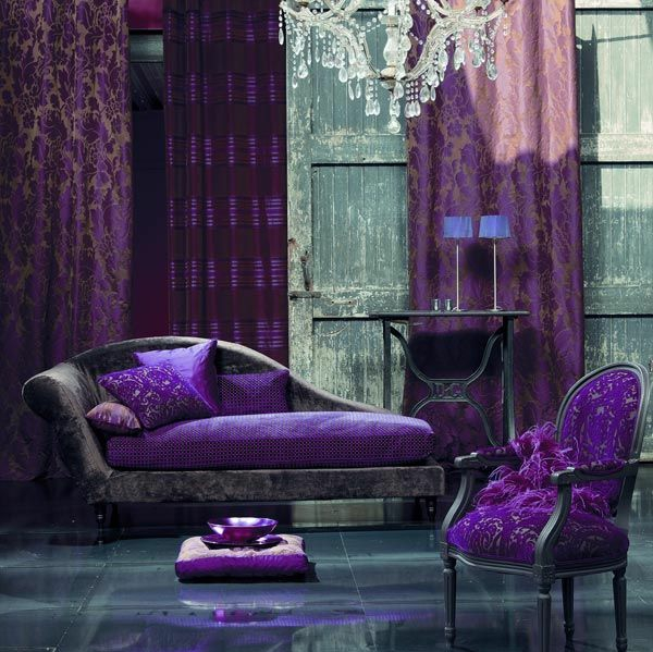 wohnideen lila zimmer sofa sessel gardinen tisch