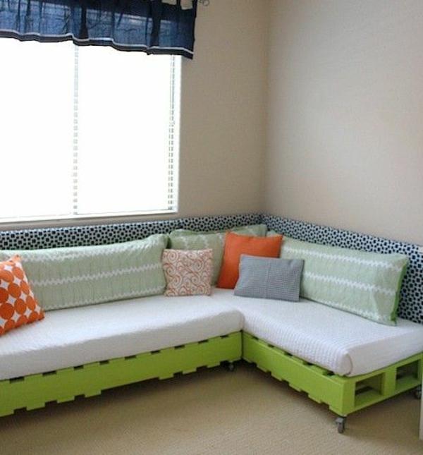wohnzimmer paletten:DIY Bed Pallet Couch