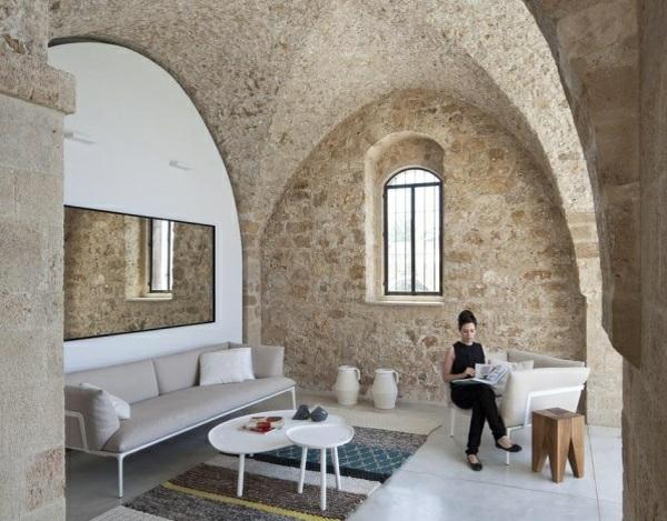 wohnzimmer einrischten landhausstil steinwände gewölbedecke