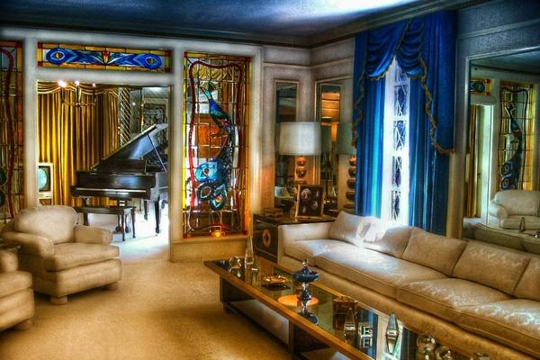 wohnzimmer-farbgestaltung-orientalisch-möbel-beige-blaue-akzente