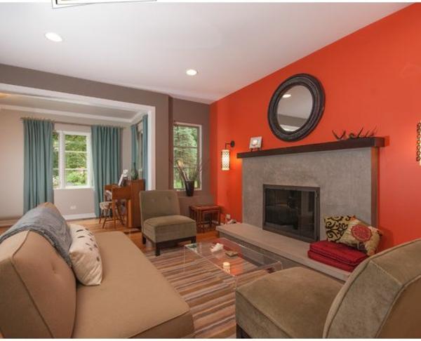 wohnzimmer farbideen modern orange akzentwand braune möbel