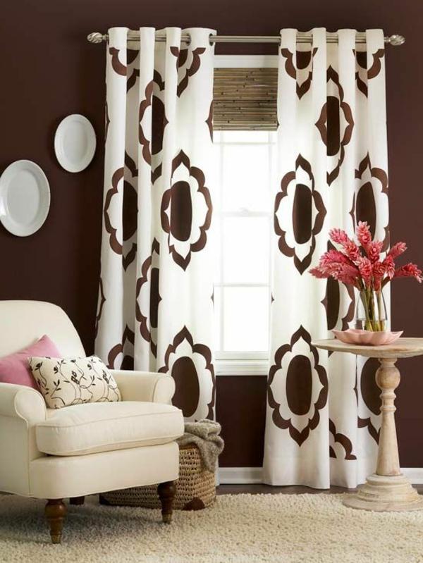 wohnzimmer gardinen gardinendekoration beispiele braun weiß
