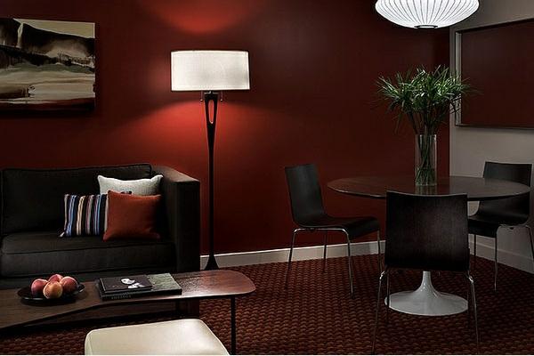 wohnzimmer gestalten wandfarbe farbpalette kastanienbraun weiße farbakzente