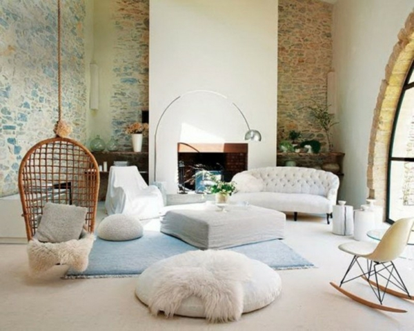 Natursteinwand im Wohnzimmer gestalten natursteinwand ideen weiß weich stoffe