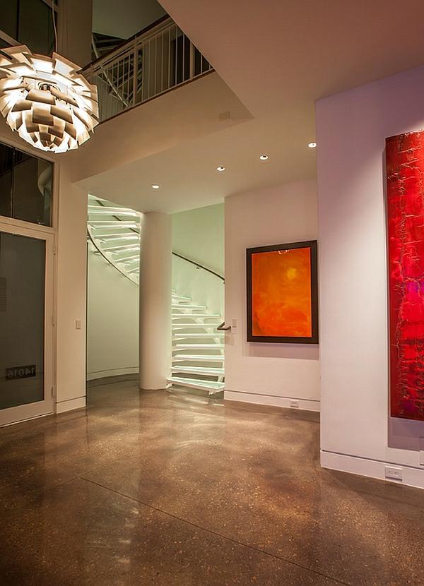 zeitgenössischer korridor spiraltreppe glas gemälden art