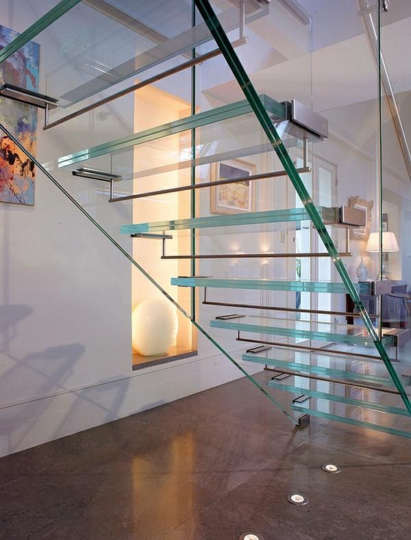 zeitgenössischer korridor treppe aus glas metall elemente