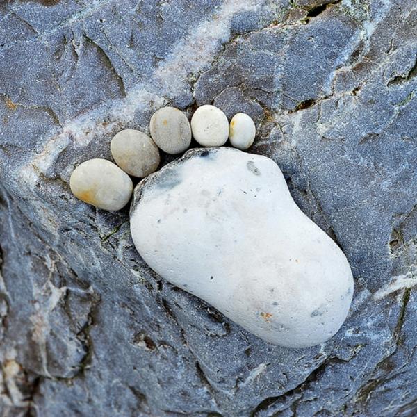 dekoideen kieselsteine steinfüße originell
