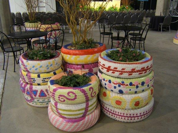 DIY Möbel weiß bemalt Autoreifen pflanzbehälter bunt