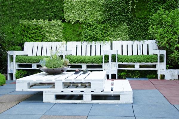 möbel aus Paletten gartenmöbel europaletten tisch garten sitzplatz gras
