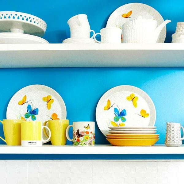 Taubenblauе Wandfarbe küchenregale teller