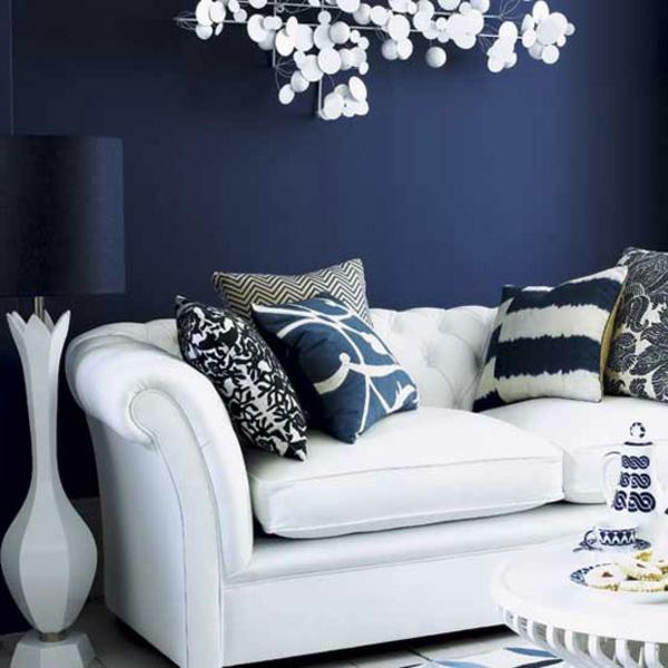 blauе Wandfarbe sofa weiß muster