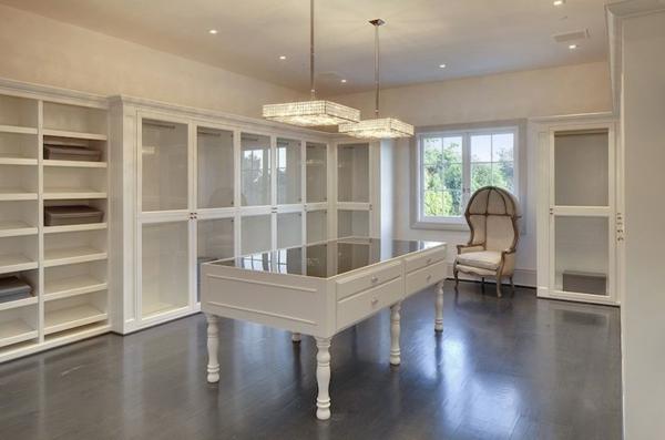 ankleidezimmer möbel einrichtungsideen in weiß pendelleuchten