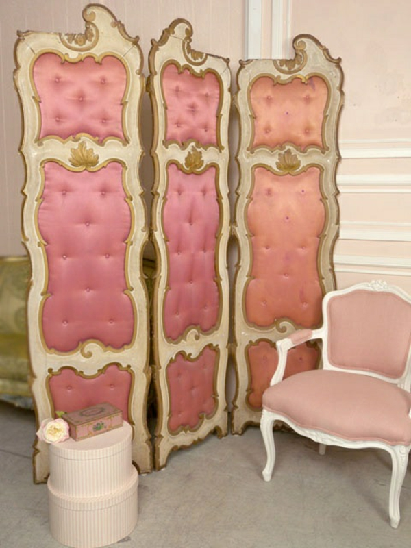 ankleidezimmer möbel rosa sichtschutz sessel