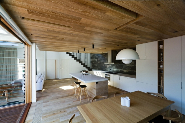 Moderne inneneinrichtung aus holz in einem open house in for Architektenhauser inneneinrichtung