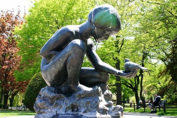kunstwerke kunst und kultur boy and bird skulptur