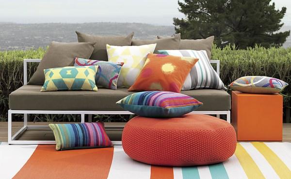 außenmöbel moderne terrassengestaltung sitzkissen teppich sofa