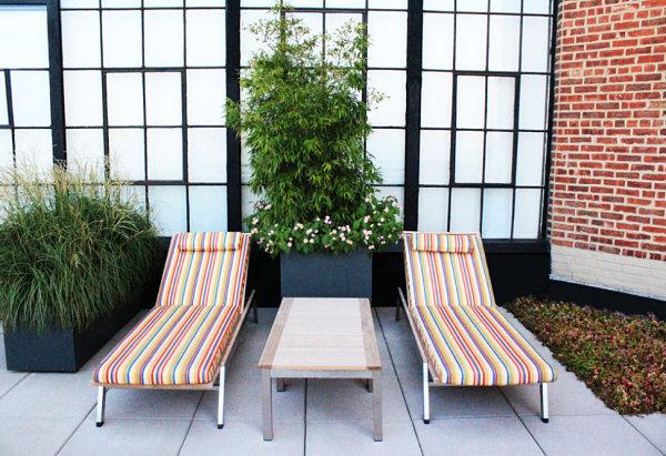außenmöbel moderne terrassengestaltung sonnenliegen bezüge streifenmuster polstersitze
