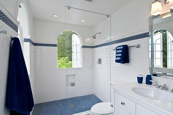 badezimmer weiße badmöbel duschwand blaue akzente