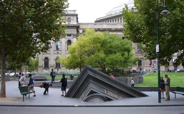 berühmte kunstwerke kunst sinking building