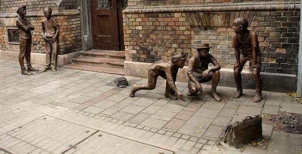 kunstwerke kunst und kultur pal utcai fiuk statue