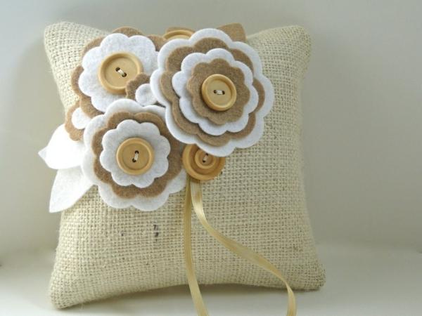deko kissen basteln aus jute filzblumen beige weiß knöpfe