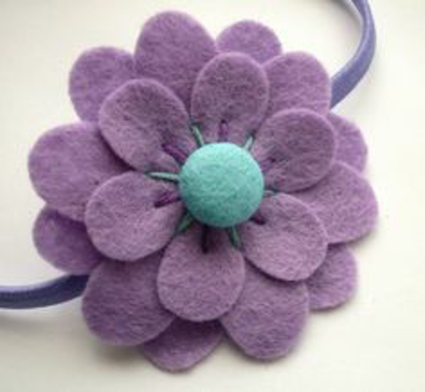 diy deko ideen filzblumen selber machen haarschmuck basteln lila filzblume