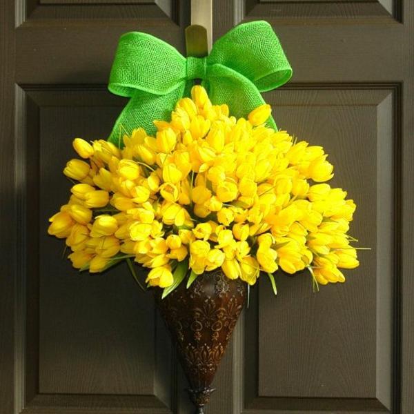 dekoideen frühlingsdeko basteln mit kindern gelbe tuplen grüne schleife