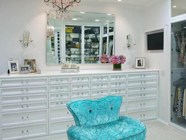 einrichtungsideen ankleidezimmer möbel elegant holz blauer sessel
