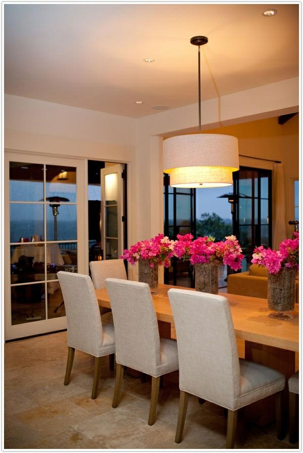 esszimmergestaltung interieur holztisch weiße stühle