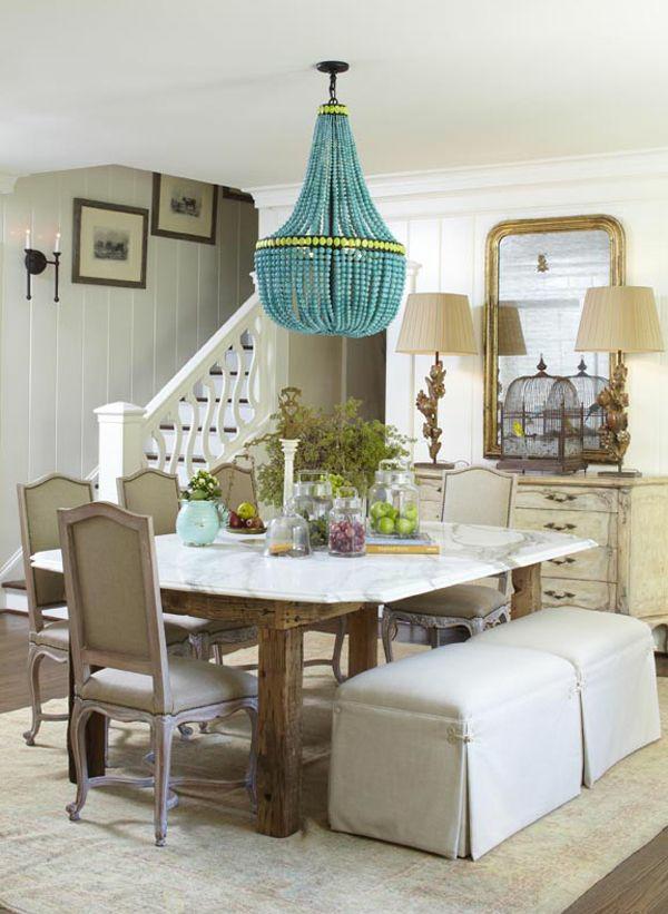 esszimmergestaltung tisch stühle hocker blauer kronleuchter