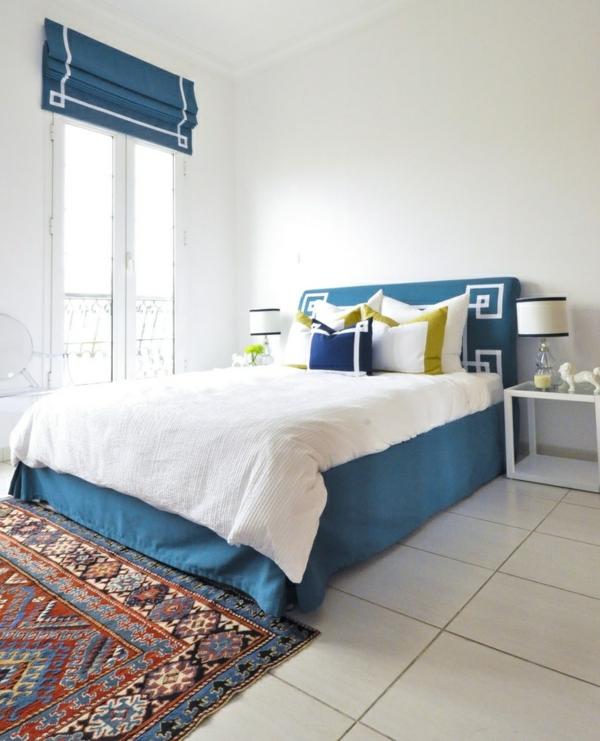 faltrollo im schlafzimmer fenster deko sichtschutz blau weiß raffrollos