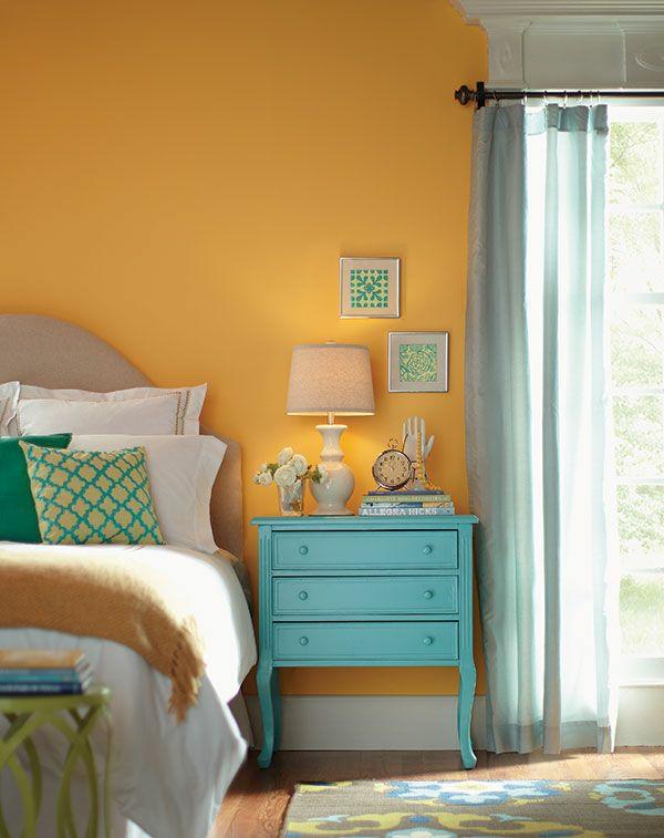 farbgestaltung schlafzimmer farbideen gelbe wandfarbe nachttisch türkisblau
