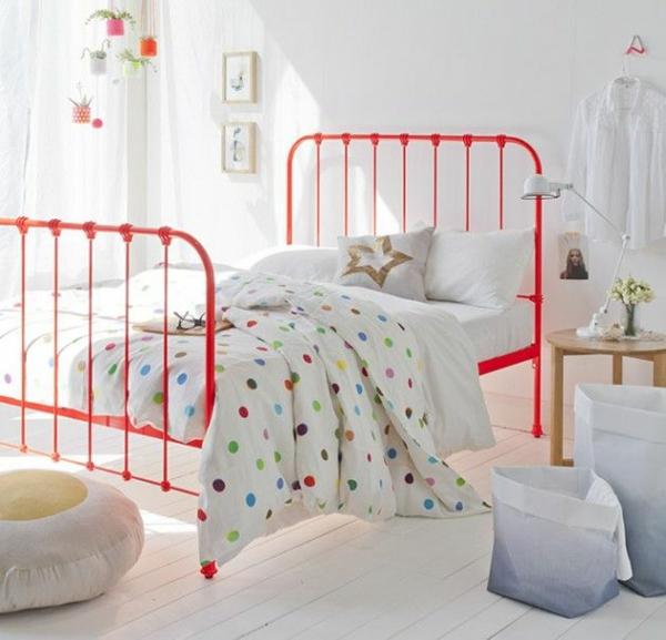 farbgestaltung schlafzimmer farbideen rote farbakzente wandfarbe weiß pünktchenmuster