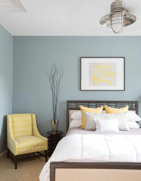 farbgestaltung schlafzimmer pastellfarben gelb sessel wandgemälde wandfarbe taubenblau