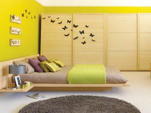 farbideen schlafzimmer im asiatischen stil wandfarbe gelbgrün tagesdecke holzkleiderschrank
