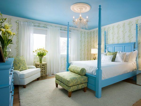 farbideen schlafzimmer möbel bett bettpfosten deckenfarbe blau himmelblau hellgrün weiß