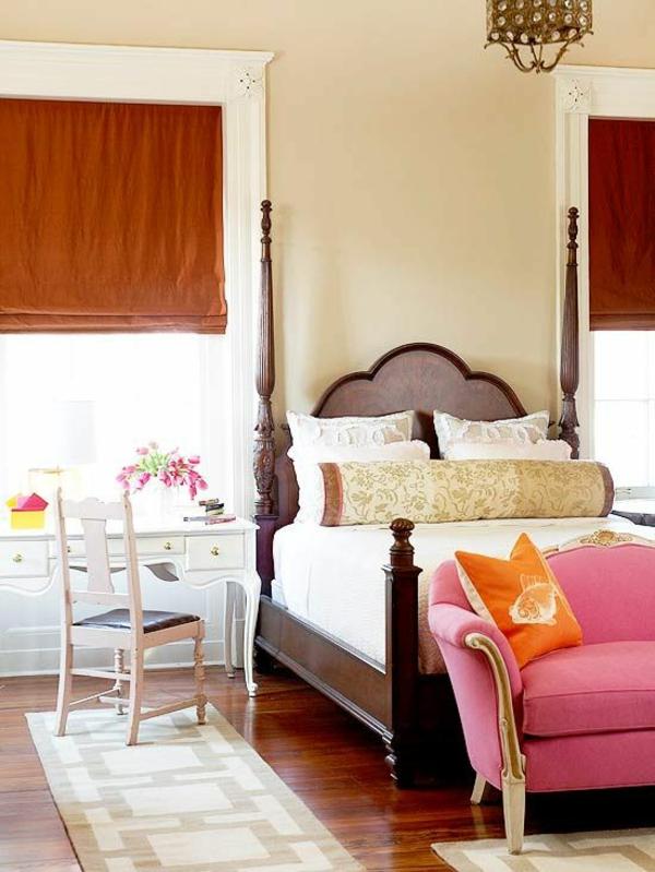 farbideen schlafzimmer möbel farbig bett holzpfosten faltrollos sofa