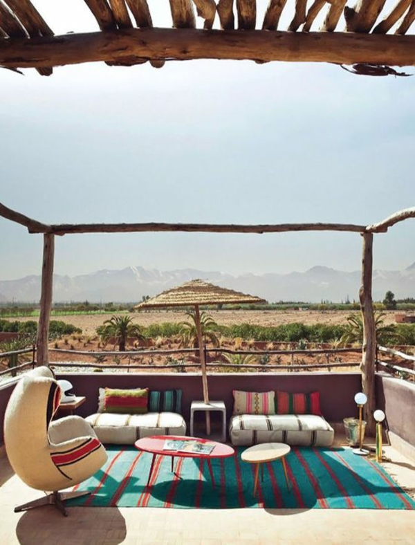 farbige terrassengestaltung im landhausstil sitzkissen stuhl läufer